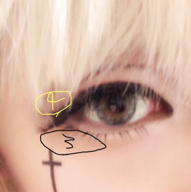 3は黒目の半分より手前まで  4は2より隅っこにつけました