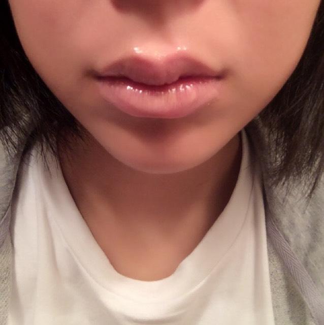 次にリップグロスで唇の色味を消します 私はリップコンシーラーを持っていないのでベージュのリップグロスでやっていますが、コンシーラーを持っている方はコンシーラーでやってください!