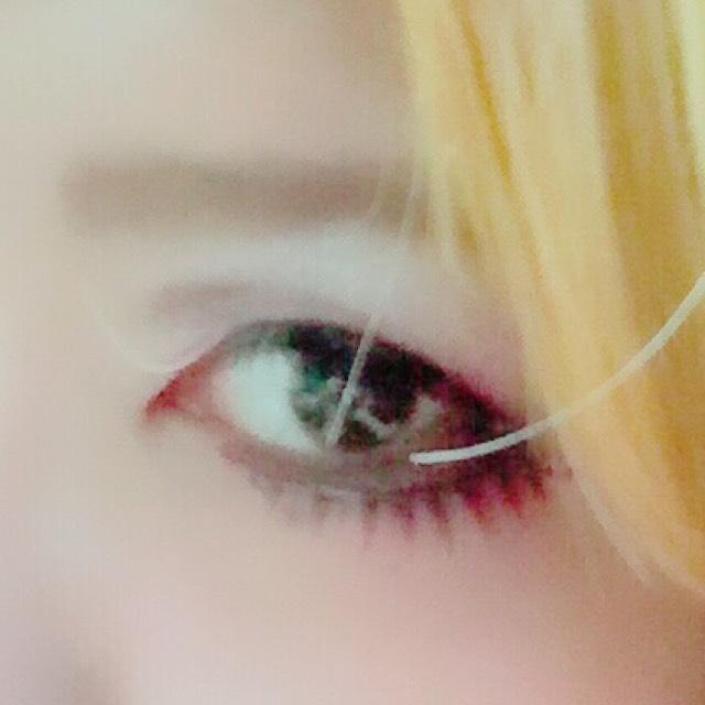 ・眉をあまり鋭角にしない ・アイラインは目頭側から太く、目尻側に細くなるように下げて引く。 ・下のラインは自分の目の形を無視 ・下のラインと自分の目の間は暗いブラウンで埋める ・無視した下のラインに沿って下つけま