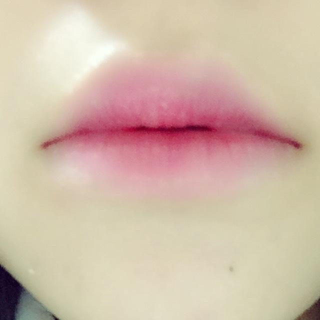 コンシーラーで唇の色を消して真ん中に赤を塗ってぼかしてく まわりにピンクのグロス