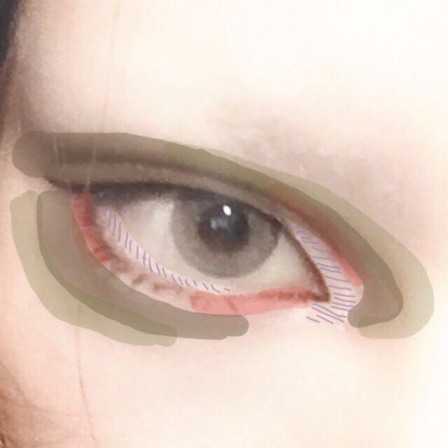 粘膜と目頭の紫斜線の範囲をホワイトのペンシルで塗りつぶし指で馴染ませる。 赤線は赤シャドーを乗せる場所。(下瞼の目頭側は血色を感じる程度に薄く、目尻側とダブルラインの目頭部分は少し濃く乗せる)