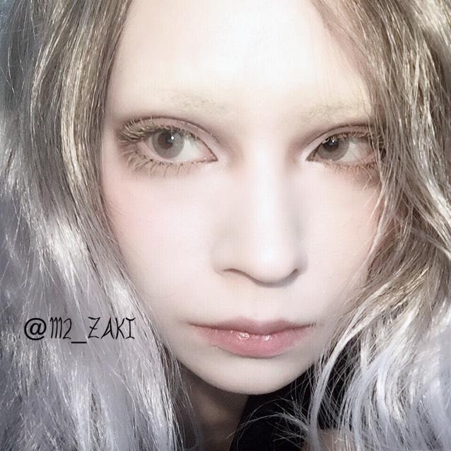 自眉も眉コンシーラー塗り、上からファンデーションで抑える。 頬の高い所にオレンジ系チークをほんのり色づく程度に乗せる。