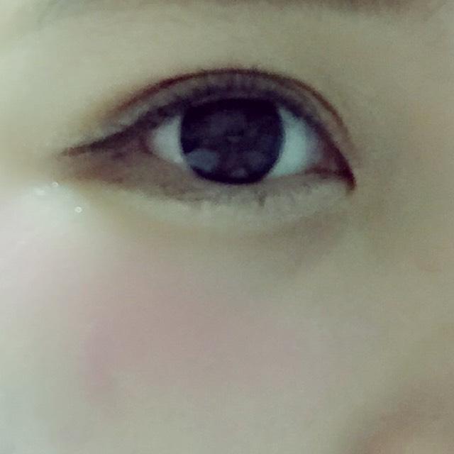 アイラインは長めに目の形にそってひく