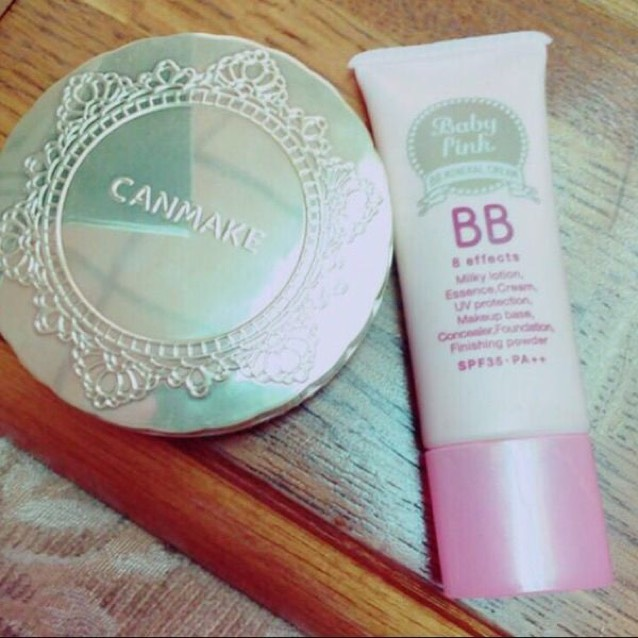 BBクリームとパウダーを塗ります。 BBクリーム、パウダー共に自分の肌と同じくらいの色を使用します。肌が綺麗な人はBBクリームだけでOK!