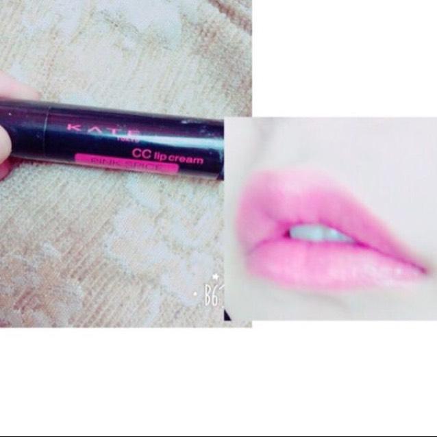色付きリップを塗ります。おすすめはKATEのピンク!潤うし自然なピンク色の唇に仕上がります。