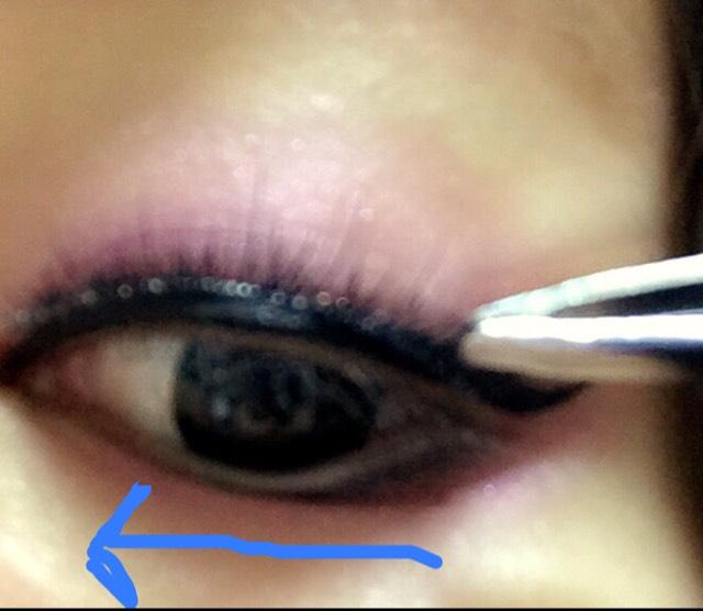 つけまつげを2枚重ねたものを目尻→真ん中→目頭の順でつけていきます。 少し引っ張りながらつけるといいですよ(*^^*)