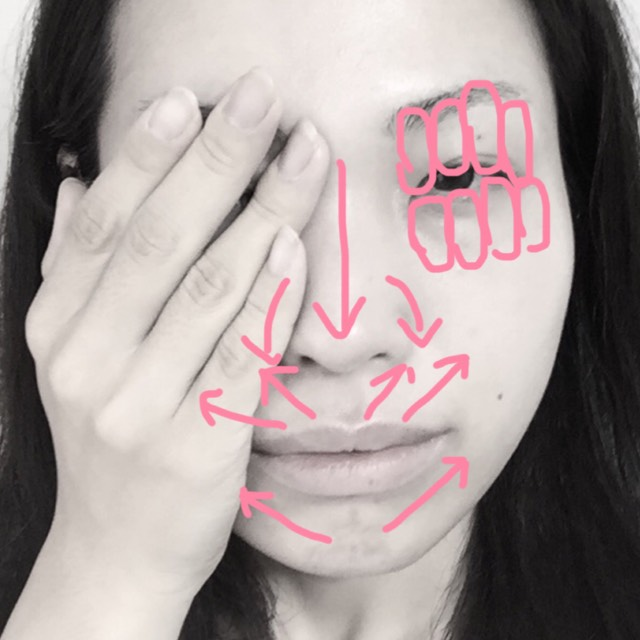 指先で細かい部分を塗り切ります。目元は薬指でポンポン優しく。目元に塗る分が手の付いていなかったら指先に少量をつけ直してから塗ってください。