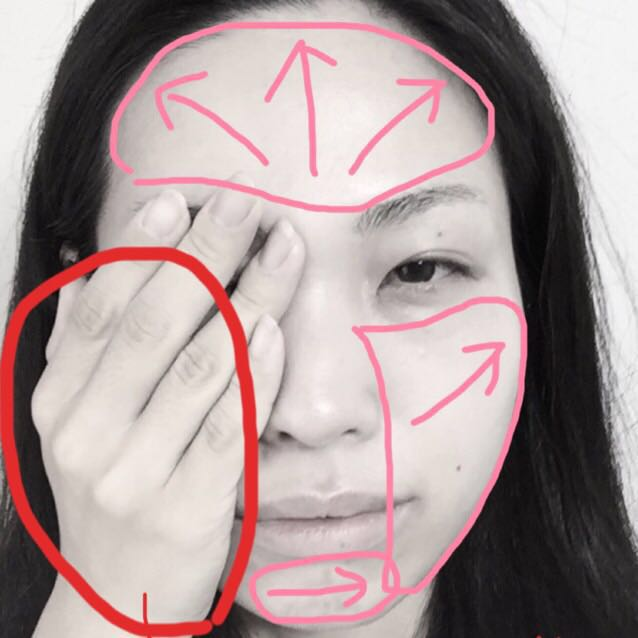 手の平全体で顔を包むようにしながら顔の広い面積を矢印の方向に下地を伸ばします。指先を外した第一関節まで使って塗ると、ラクに大きな面積を塗り切れます。
