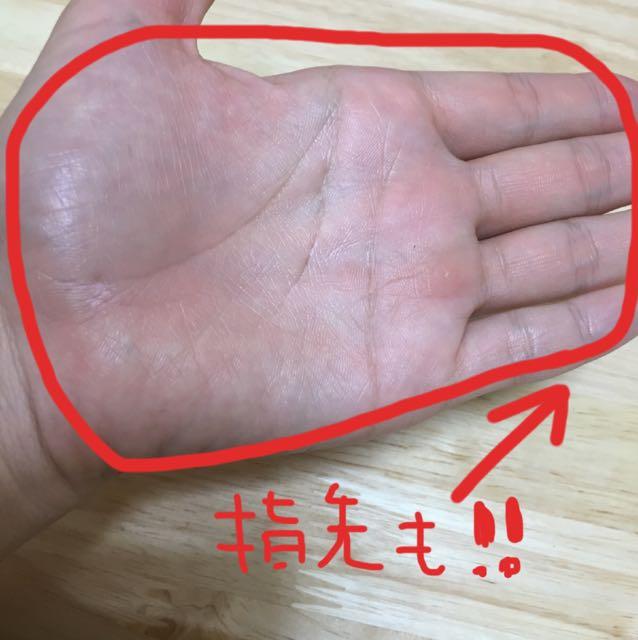 両手の指先まで広げます。図のように少しすけてコントロール下地が見えるくらいが目安。(親指はあまり使わないのでつけません)