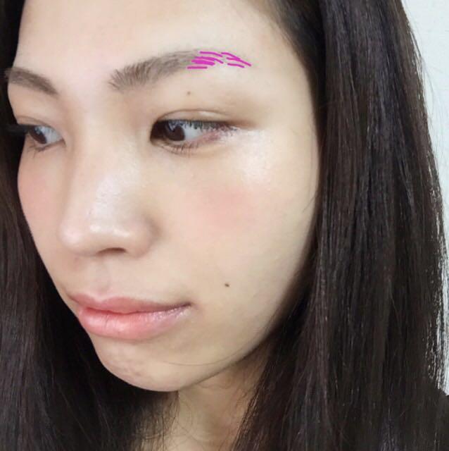 今回、自眉がちゃんとあるところは全く描きません。毛がない所だけをペンシルで毛を線で描きます。その部分も塗りつぶしません。必要に応じて、眉マスカラを塗ります。