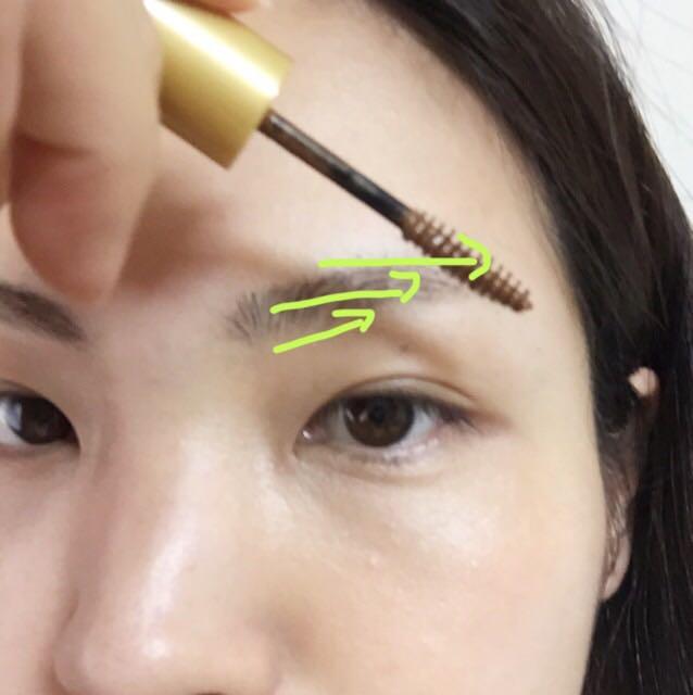 マスカラ液は付け足さずに、毛の流れをそのまま整える。