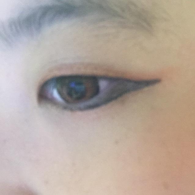 写真のように黒か茶色のアイライナーを長めに目に沿って塗る。