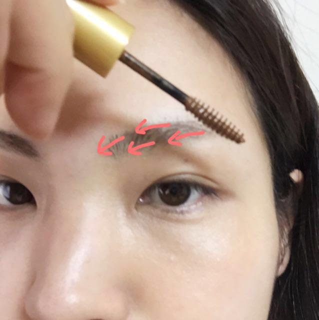 眉マスカラはお好みで。マスカラ液を軽くティッシュで落としてから、皮膚ギリギリつかないくらいまでブラシをグッと入れて、毛の流れと逆にブラシを少しずつ動かしながらつける。