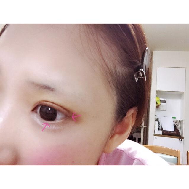 ♡canmakeの2番目に濃いブラウンを黒目の真ん中あたり〜目尻、上も目尻にいれます。三角形になるように上と下を繋げてシャドウをいれていきます。