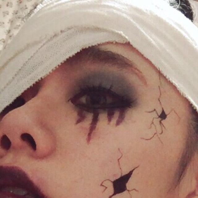 次にアイメイク カラーパレットの黒とシルバーを混ぜて使います!! 眉毛の下のへんまでぼかしながら塗っていきます!! そして涙袋の所にも塗ります!