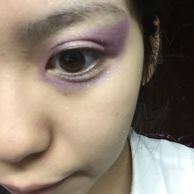 つり目に紫のシャドウをのせます。下まぶたは半分はまつげのキワまで、目尻側半分は隙間を空けてのせます。