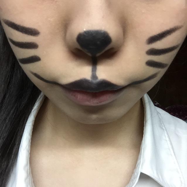 鼻、口、ヒゲを黒シャドウで描きます。