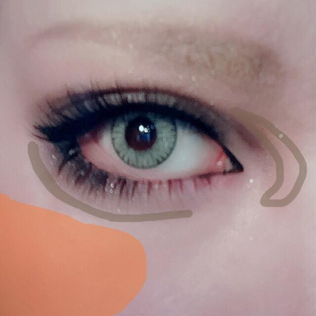 コスメに載せたブラウンのリキッドアイライナーで目尻側の枝分かれした部分を濃くして立体感を強調させる。 少し薄いブラウンで目尻下(涙袋まで)と目頭を更にボカす。 頬の高い位置にオレンジ系チークを乗せ眉を描く。