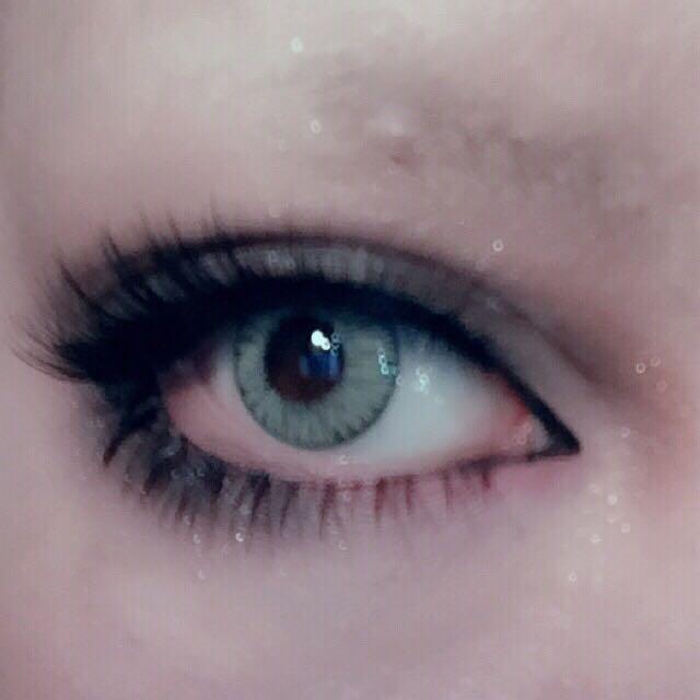 毎度説明してる通り濃いブラウンシャドーで目頭や目尻のダブルラインをぼかしつけまを付ける。 下瞼目尻は粘膜を避けつつ離れすぎない位置に、真ん中から目頭側は粘膜ギリギリに付けるとアーモンド型の切れ長な目になる。