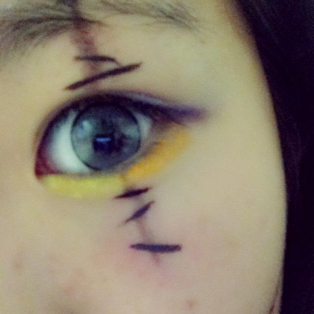 まず色鉛筆をぬるま湯につけて拭き取って 黄色、オレンジを 涙袋につけて、瞼には青、紫をつける。