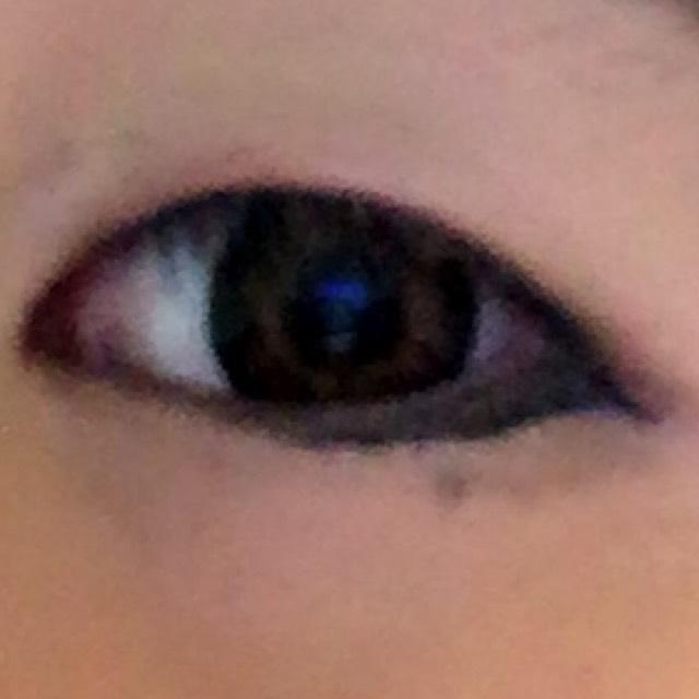 アイライナーは目から少しだけ飛び出して下さい。下も目の半分くらいの所から画像のように引きます。