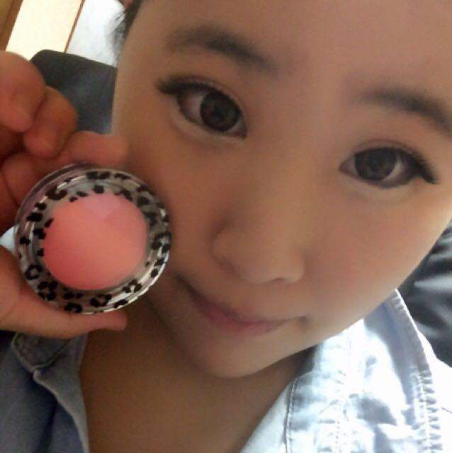 次はこのチーク(アニマルチークll 01 ピンク)を頬全体に塗って下さい。