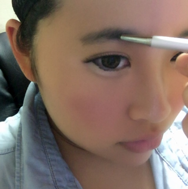 アイブロウで眉毛を書きます。