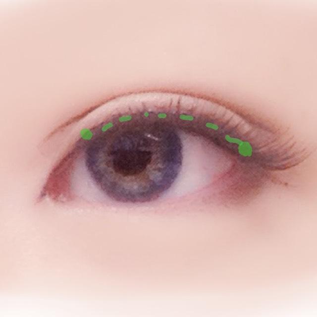 次にビューラーをかけてから目の形を意識しつつつけまを貼っていきます。なるべく毛を立たせるように貼ったらブラウンマスカラでつけまとなじませます