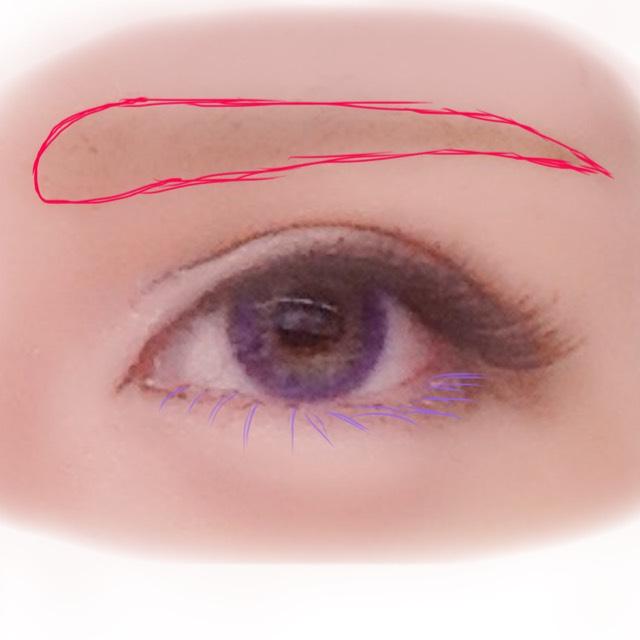 次に眉を太めに、アイシャドウで下書きしてから眉ペンで毛を一本一本書くようにして眉を作ります。仕上げにクリアラストを上から叩き少し薄めて目ヂカラを。