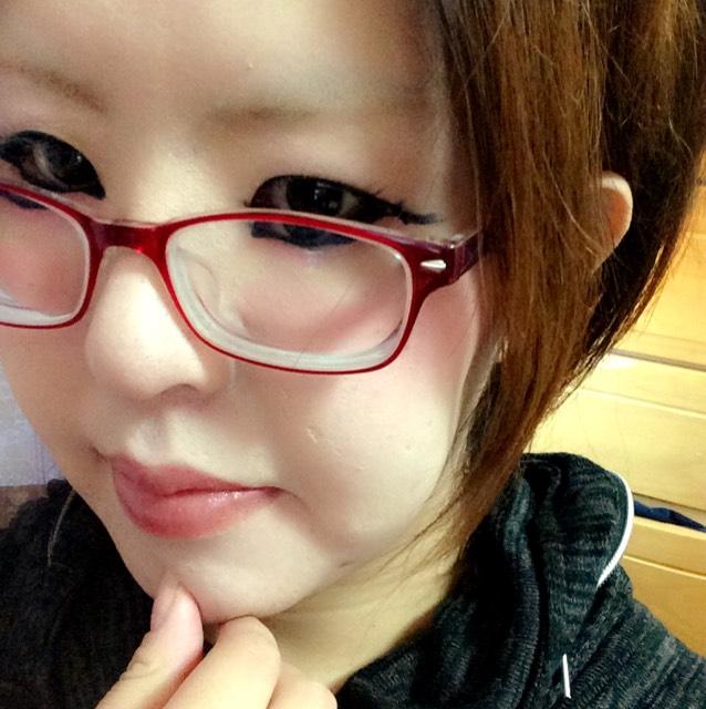 全体的に薄めにしました(=´∀`)人(´∀`=)つけまなし。チークは100均の!前髪あげて、スッキリ。目の周りをアイライナーで囲み、目下にピンク。