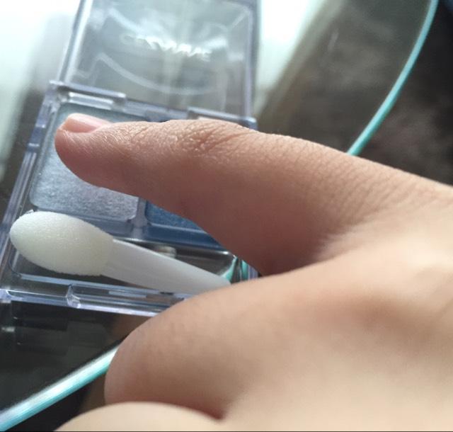 セザンヌのツーカラーシャドウ03の左側、薄い水色をアイホールに小指で塗っていきます。