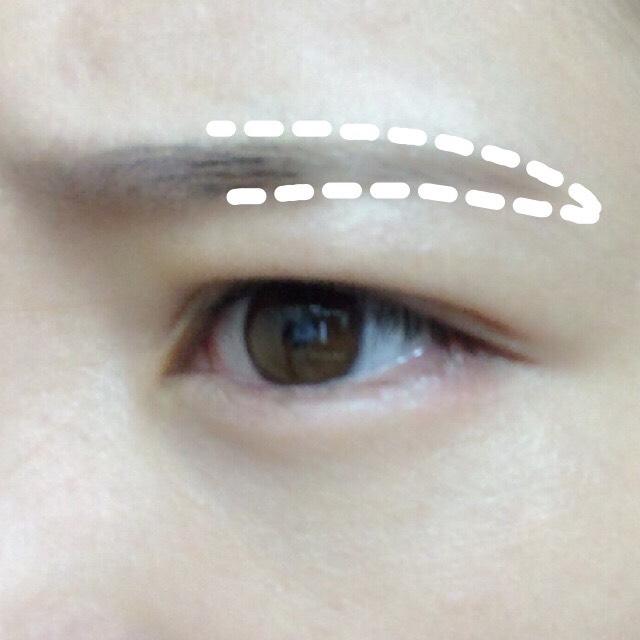 まずは眉尻! ①の濃い色を細いブラシで描く  眉間にしわを寄せると描きやすい!