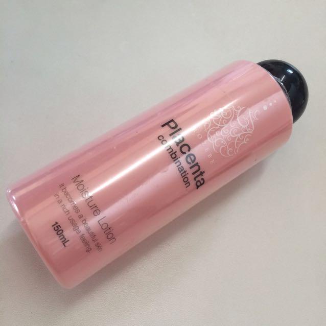 まず化粧水で保湿する  オフェロメイクは肌のうるおいが重要なのでここをしっかり!