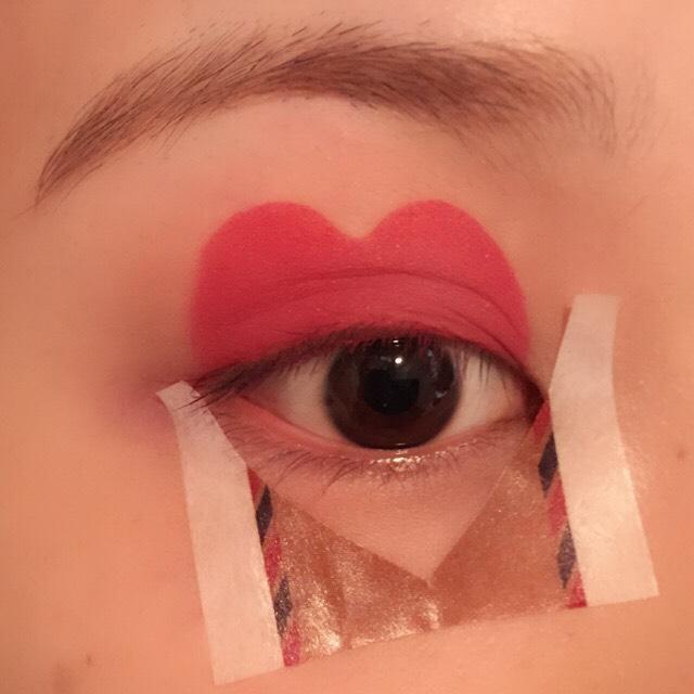 上瞼のハートに合わせるようにテープを貼ります。