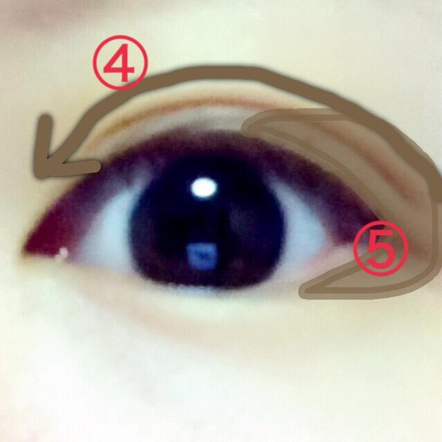 ④パレット写真の横にあるブラウンのペンシルで、二重線より上3-4ミリほどしっかり塗る。その後ブラウンのリキッドアイライナーで二重線の上にダブルライン ⑤二重幅の塗ってない目尻部分を埋めるように濃いブラウンでがっつり塗る。