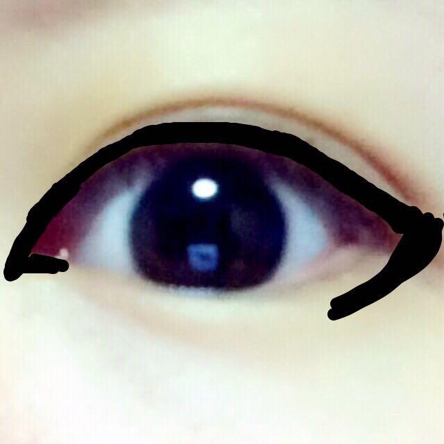 ラインをしっかり塗る。目尻はやや外ハネで太め。 下まぶたは目の形を気にせずに、目尻からはらうようにオーバーに。〔のちに下まつげをつけるので微調整可能〕 目頭は切開ラインをがっつりと!