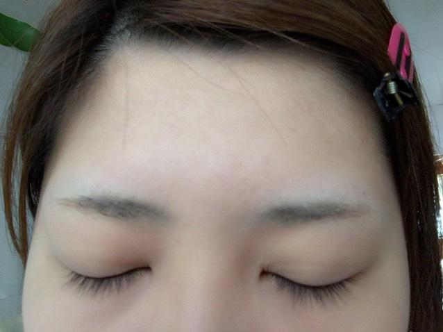 すっぴん眉  ボサボサで左右非対称(°_°)無理やり平行眉にしていきます。(笑)