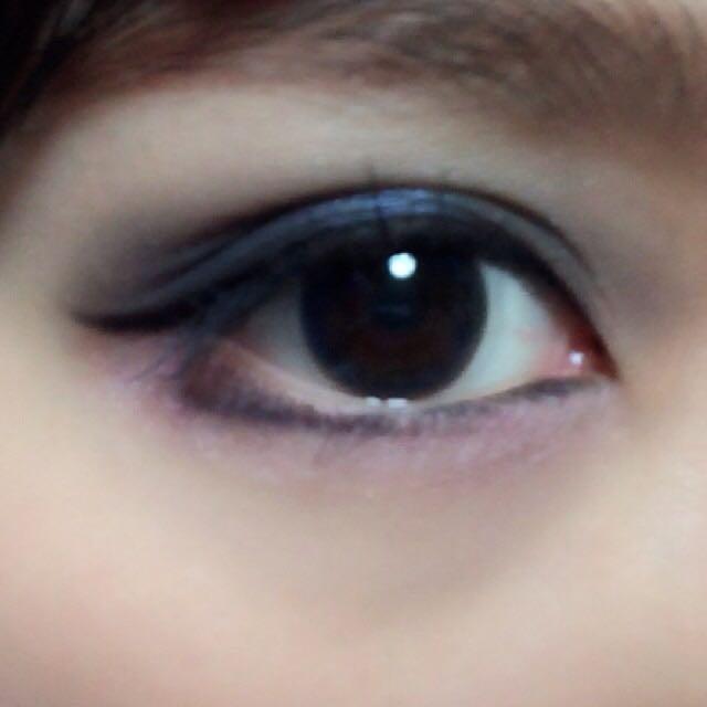 次に下のアイライン。目頭は内側に、黒目の下辺りから外側にアイラインをひきます