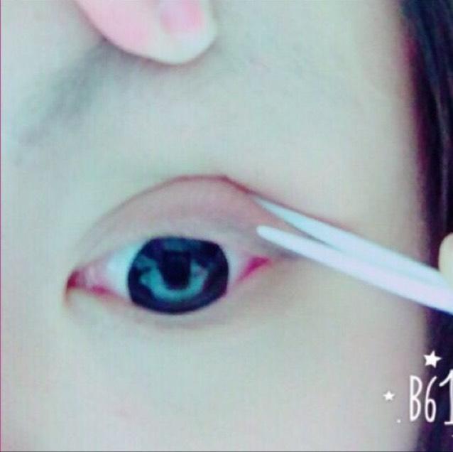 指で瞼の肉を持ち上げてテープを食い込ませます。 食い込ませる時はプッシャーを横にして使います。