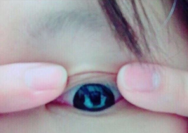 最後用手指將眼皮摺好就OK了!使用雙眼皮貼時,要在塗上眼影前先貼好。雙眼皮貼容易脫落的話,可以在兩端塗上假睫毛專用的膠水加強黏度。