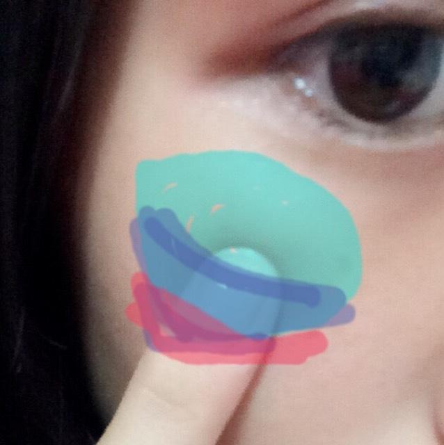 頬の骨があるところにハートの一番こいチークをくるくると指でのせます(๑•ω•๑)次に左下の薄いピンクを下にその下に一番薄いピンク(白)をとんとんとなじませてください。 こうすることによって自然な血色になります