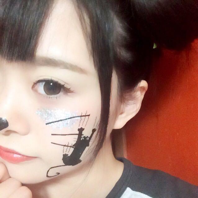 あとはつけまつげをつけてタトゥーシールを貼り付けるだけです。 タトゥーシールは貼り付けたいところに置いて上から水で湿らすだけで簡単に付けられて、洗顔で簡単に取れます。