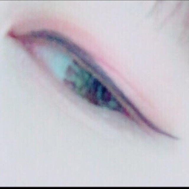畫上眼線,使用的產品是「excel」。粗度:普通 ; 超過眼尾:有超過,要往上拉高 ; 顏色:濃濃的黑色。