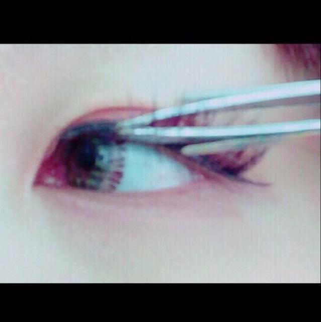 貼上假睫毛。膠水塗在假睫毛梗的上側,眼頭與眼尾多塗一些,貼的時候依序從眼尾→正中間→眼頭的順序貼。