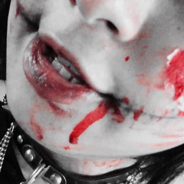 【唇】 まず、唇にペンシルアイライナーで縦線を描きます。その後、口紅を指につけながら唇につけます。  ⚠注意⚠  唇上でアイライナーと口紅を混ぜ合わす感じでスタンプしていきます。