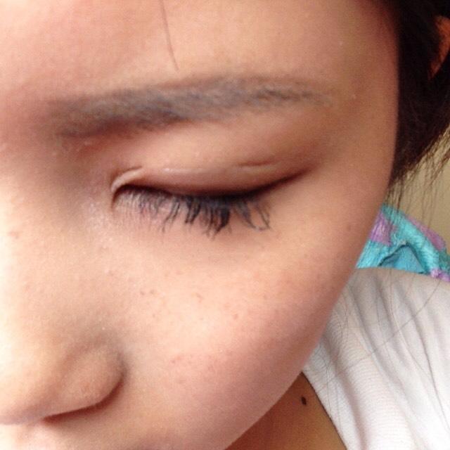 ペンシルで眉毛を描きます GLAYなのですが消えにくく綺麗に描けるのでオススメです