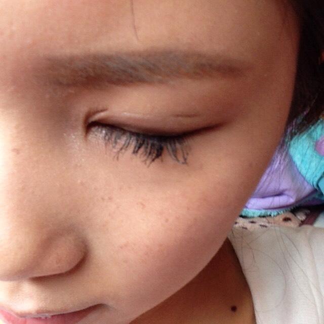 シャドーのブラウンを使ってアイブロウブラシで目頭の上から毛の流れに沿って描き最後に目頭の上のところから眉頭に向かって余った粉をブラシで伸ばします