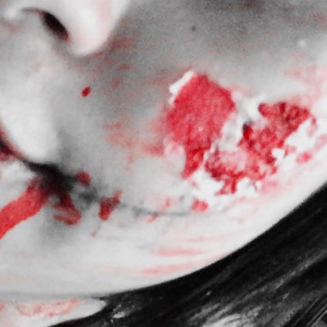 少しだけティッシュに色を付けます!(私はゾンビっぽくしたかった為、青系水性ペンにしました。) その後、血糊を使って患部のリアル感を出します。