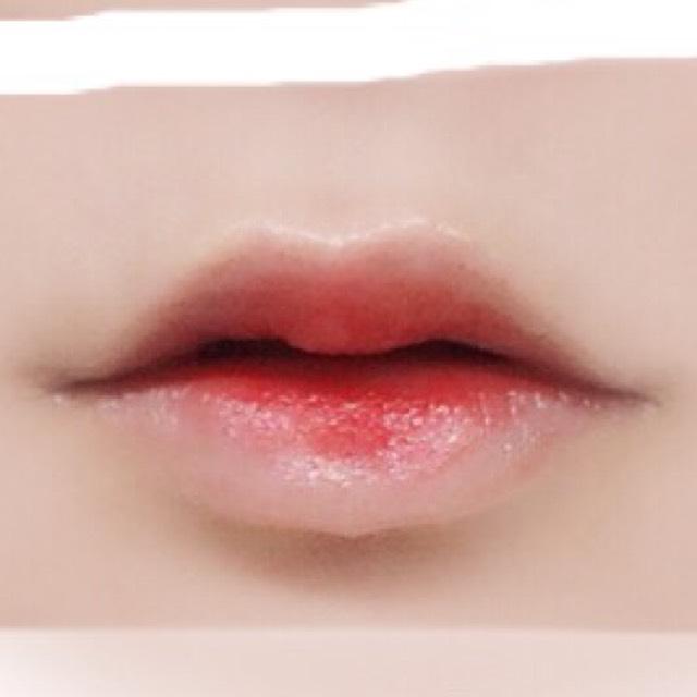 3.唇の内側3/2までに濃いピンク、3/1に濃い赤をしっかりのせます 赤は中央の部分を3/2の部分までちょこっと書き足すのがコツです