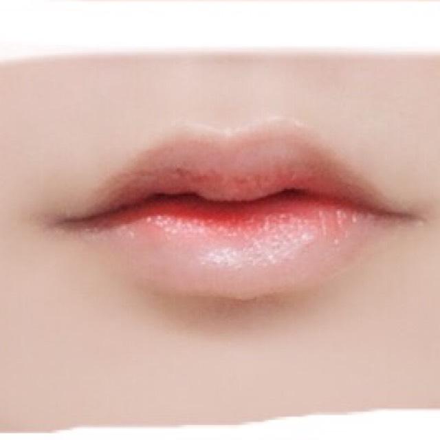 4.ラストに透明なグロスで馴染ませるように少しづつ伸ばし薄めて完成です。 使ったリップ.口紅等の表面はしっかりティッシュで拭き取ってください